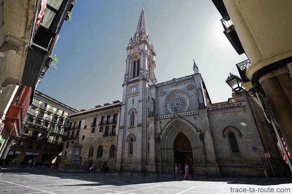 Fronton et clocher de la Cathédrale de Santiago de Bilbao, dans Casco Viejo