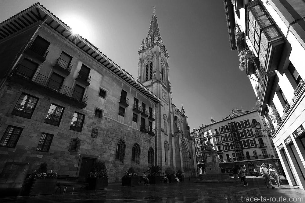 Done Jakue Plazatxoa et sa fontaine, parvis de la Cathédrale de Santiago de Bilbao, dans Casco Viejo