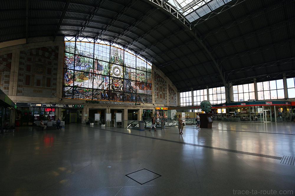 Intérieur de la Gare d'Abando de Bilbao avec la grande verrière de vitraux