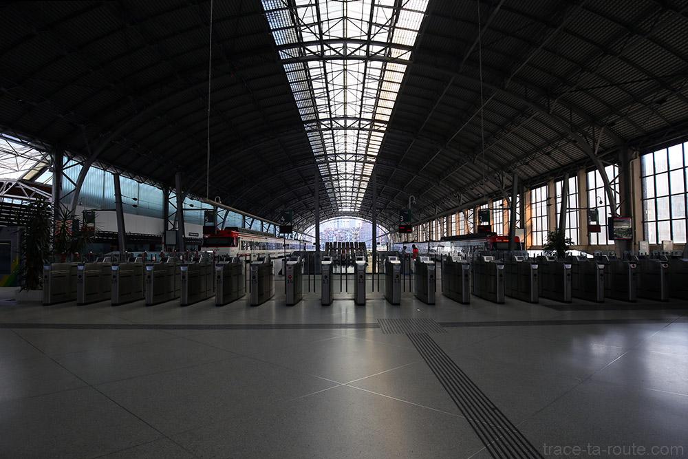 Les quais à l'intérieur de la Gare d'Abando de Bilbao
