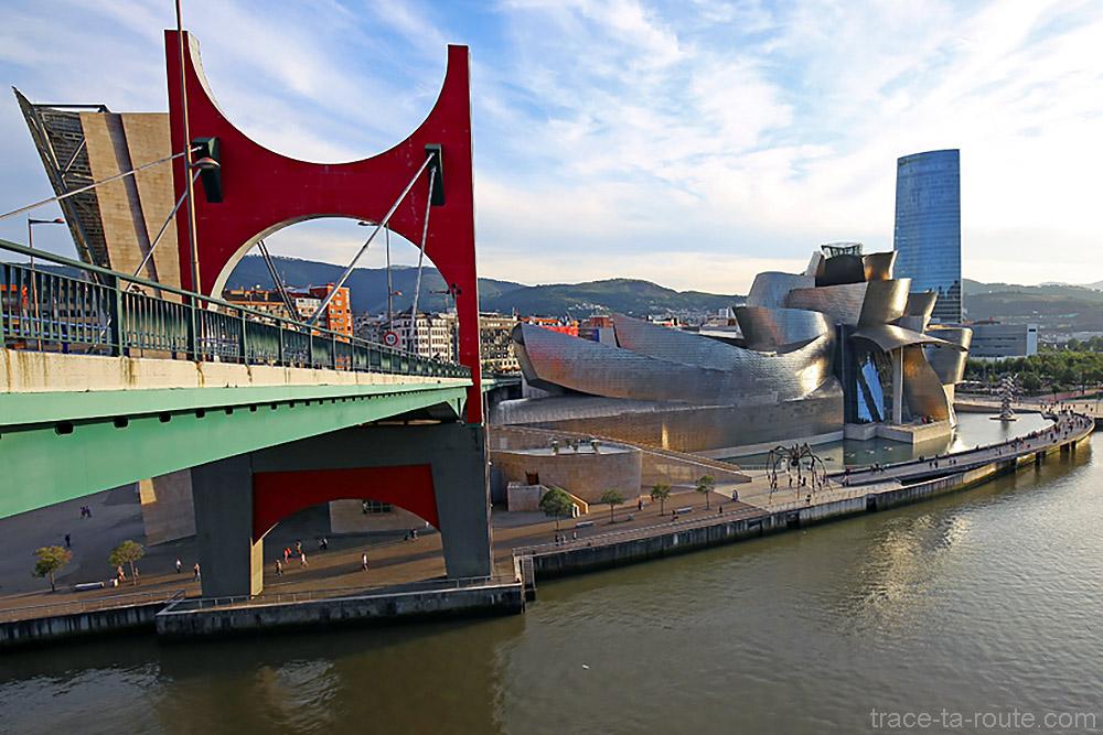 """""""Arcos rojos / Arku gorriak"""" (2007) Daniel BUREN - Pont de la Salve et Musée Guggenheim Bilbao"""