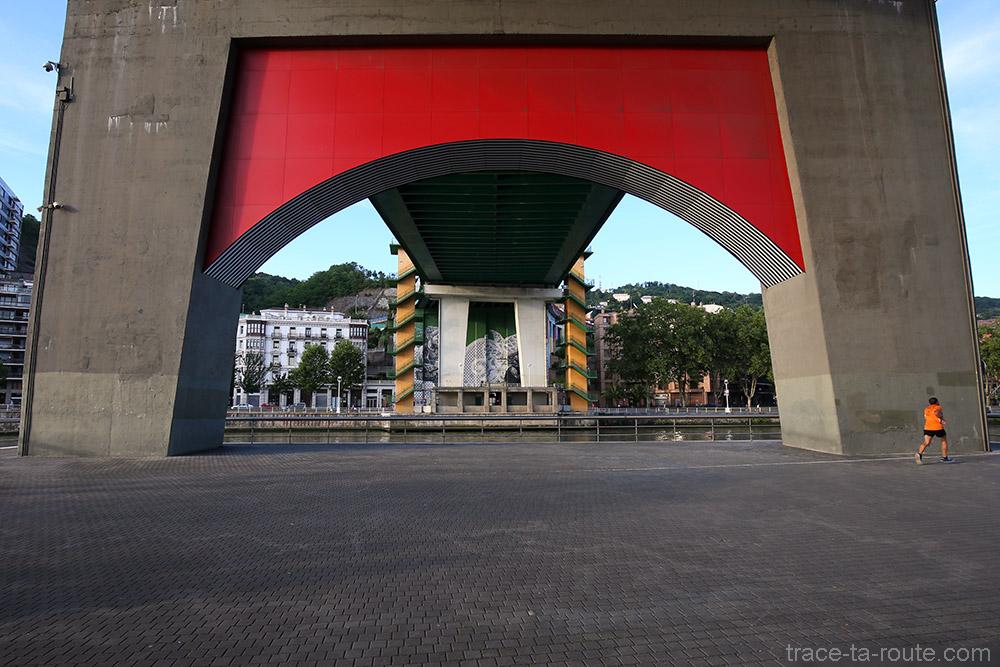 """Arcos rojos / Arku gorriak"" (2007) Daniel BUREN - Pont de la Salve Bilbao"
