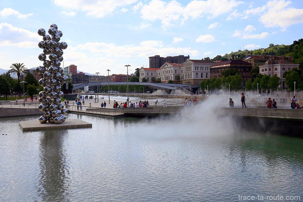 """Grand arbre et l'œil"" (2009) d'Anis KAPOOR - ""Sculpture de brouillard n°08025 (F.O.G.)"" (1998) de Fujiko NAKAYA - Musée Guggenheim Bilbao"