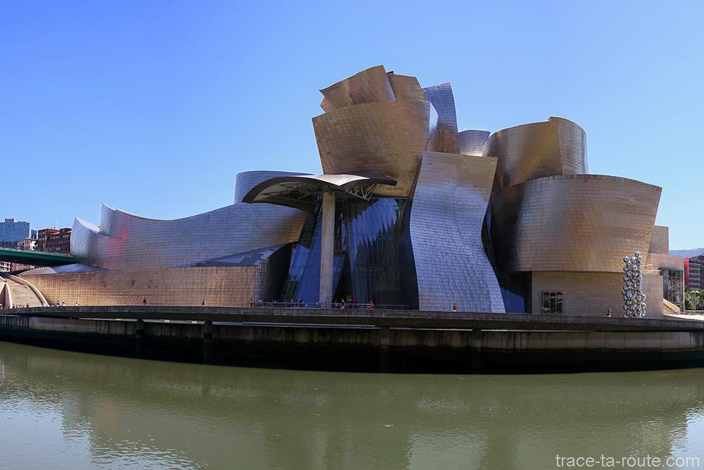 Formes et volumes de l'architecture extérieure du Musée Guggenheim Bilbao et le fleuve Nervion