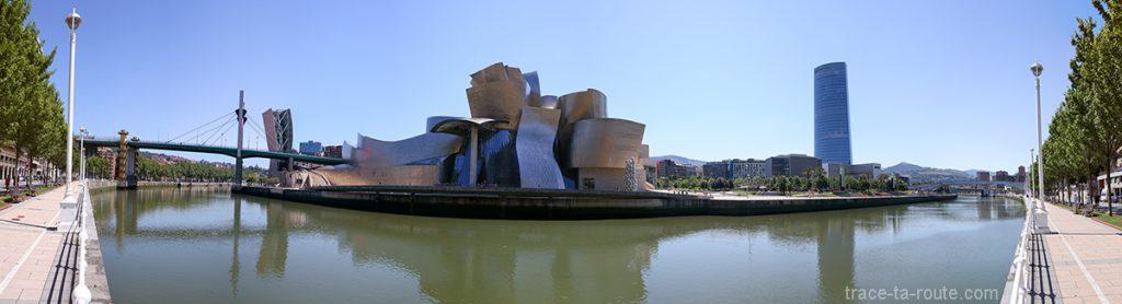 Le Musée Guggenheim Bilbao, les rives du fleuve du Nervion, le Pont de la Salve et la Tour Iberdrola