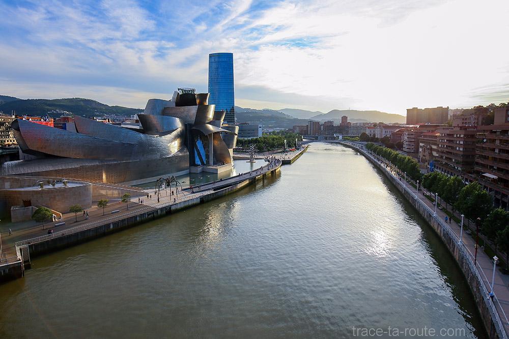 Musée Guggenheim Bilbao, le fleuve Nervion et la Tour Iberdrola