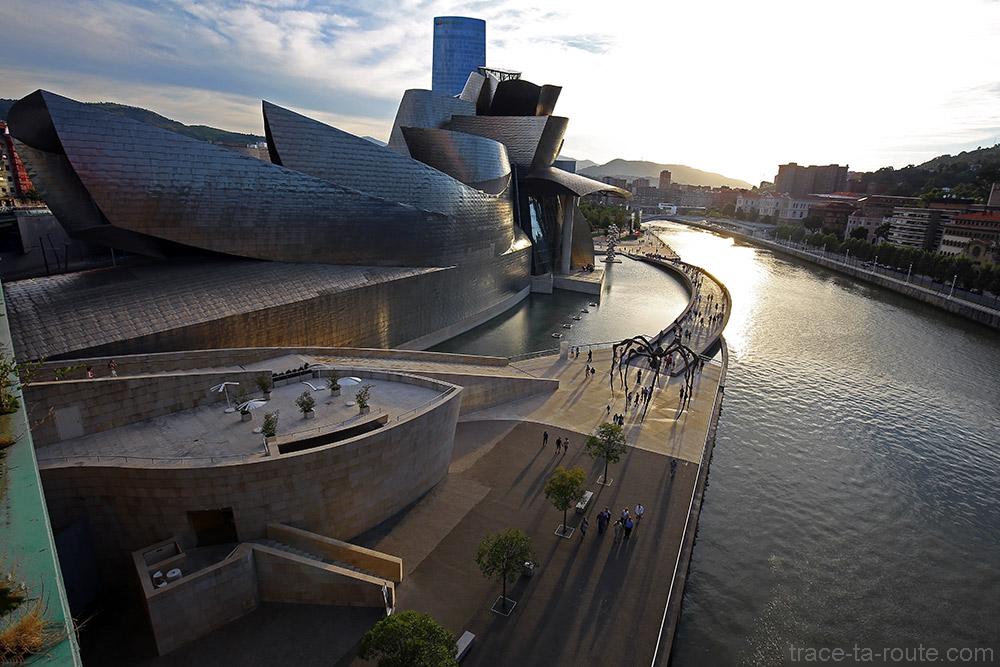 La promenade du Musée Guggenheim Bilbao sur les rives du fleuve du Nervion