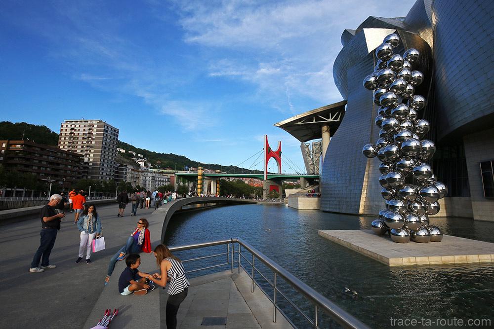 """""""Grand arbre et l'œil"""" (2009) d'Anis KAPOOR sur la promenade du Musée Guggenheim Bilbao sur les rives du fleuve Nervion et le Pont de la Salve"""