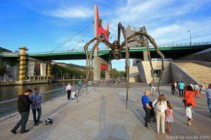 """""""Maman"""" (1999) de Louise BOURGEOIS sur la promenade du Musée Guggenheim Bilbao sur les rives du fleuve Nervion et le Pont de la Salve"""