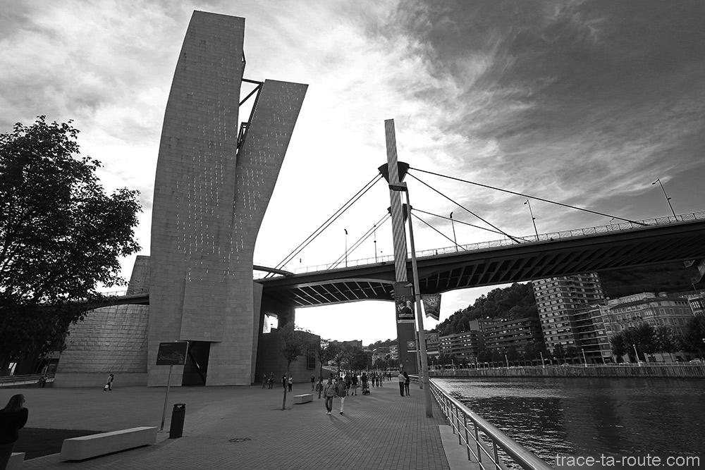 La promenade sur les rives du fleuve Nervion avec la Tour et le Pont de la Salve