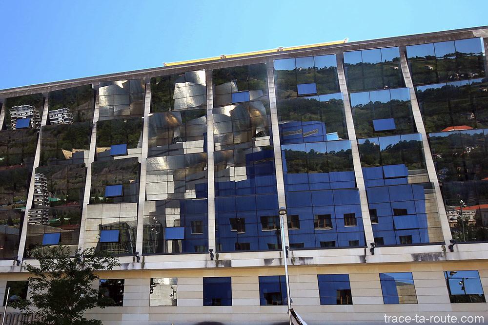 Reflets du Musée Guggenheim Bilbao dans une façade d'immeuble