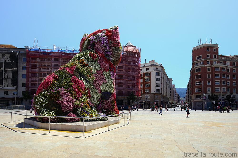 """""""Puppy"""" (1992) Jeff KOONS sur la place devant le Musée Guggenheim Bilbao et Iparraguirre kalea"""