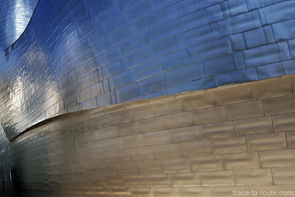 Reflets colorés sur les plaques de titane du Musée Guggenheim Bilbao - extérieur architecture