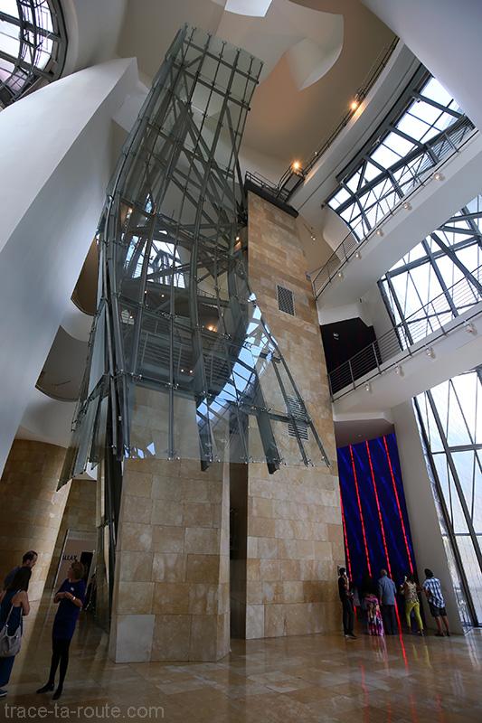 Intérieur architecture Musée Guggenheim Bilbao - Escaliers de l'Atrium
