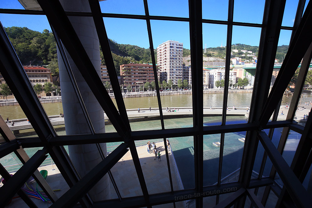 Intérieur architecture Musée Guggenheim Bilbao - Vue extérieure sur le fleuve Nervion par les baies vitrées depuis les rampes passerelles