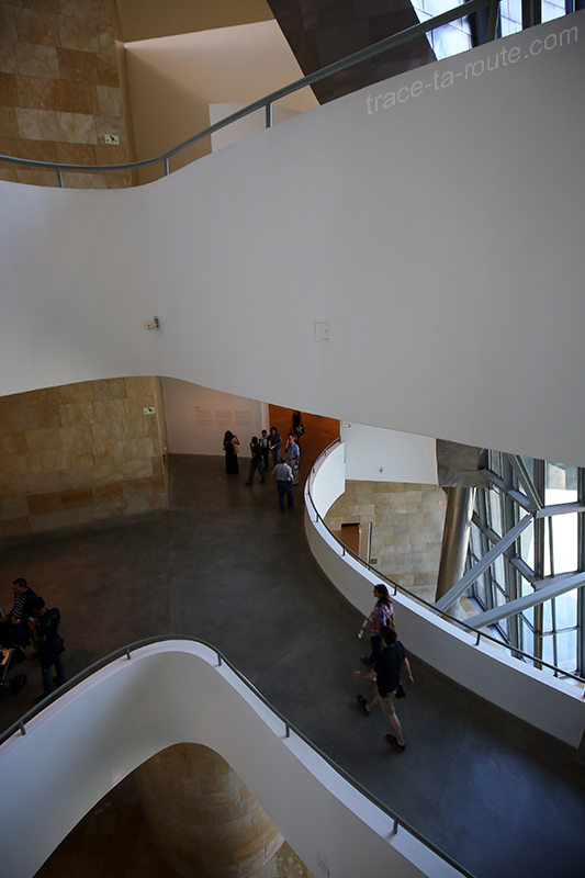 Intérieur architecture Musée Guggenheim Bilbao - rampes passerelles
