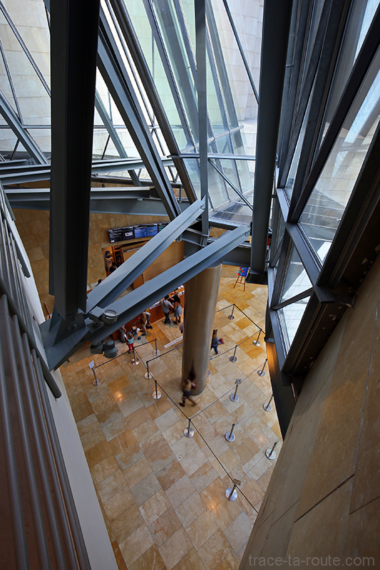 Intérieur architecture Musée Guggenheim Bilbao - Billetterie à l'entrée du vestibule