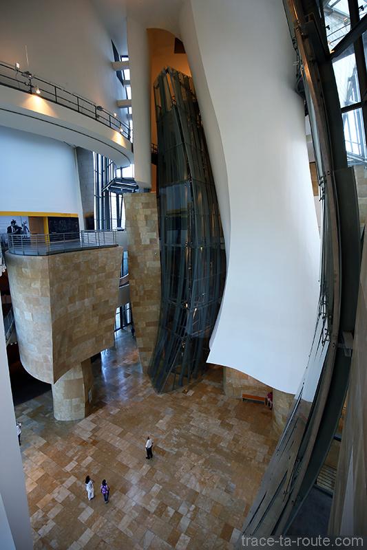 Intérieur architecture Musée Guggenheim Bilbao - Atrium avec l'ascenseur