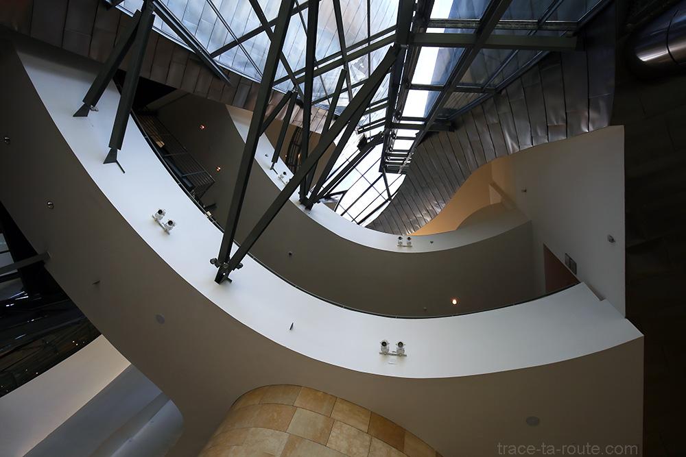 Intérieur architecture Musée Guggenheim Bilbao - Passerelles curvilignes depuis l'Atrium