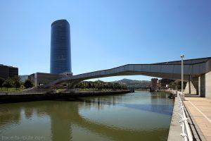 Tour Iberdrola de Bilbao et le pont Pedro Arrupe au-dessus du fleuve Nervion