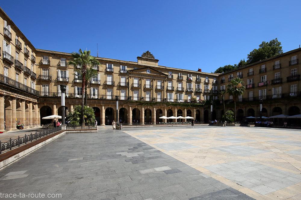 La Plaza Nueva de Bilbao en plein soleil