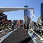Les Tours Isozaki Atea et la passerelle Zubizuri (Santiago Calatrava) Bilbao