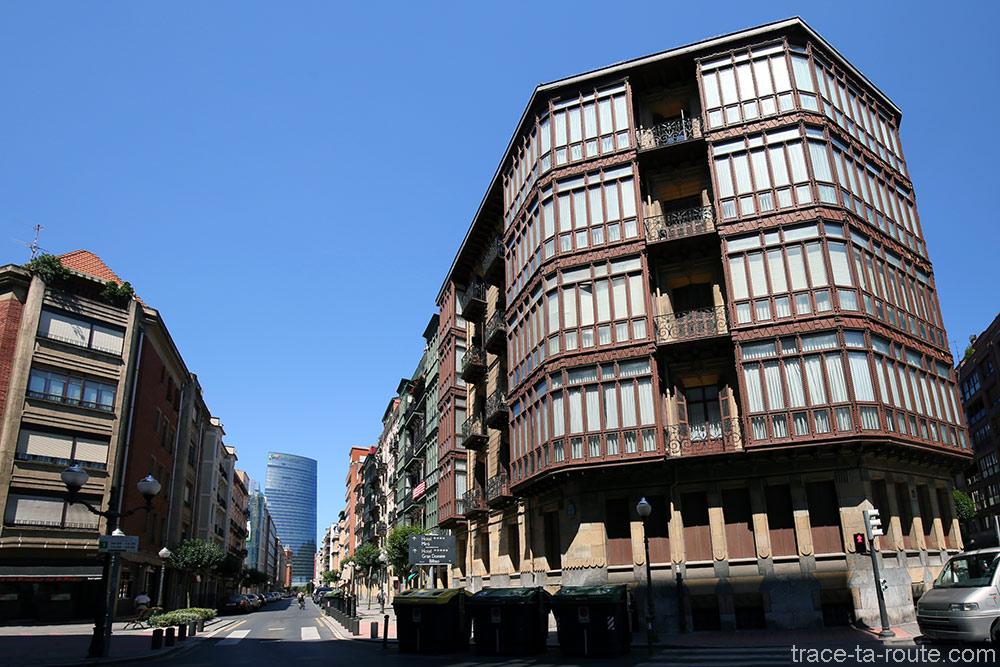 Façades d'immeubles de Bilbao sur Lersundi kalea avec la Tour Iberdrola au fond de la rue
