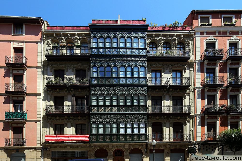 Balcons sur les façades d'immeubles de Bilbao sur Lersundi calera - Architecture basque