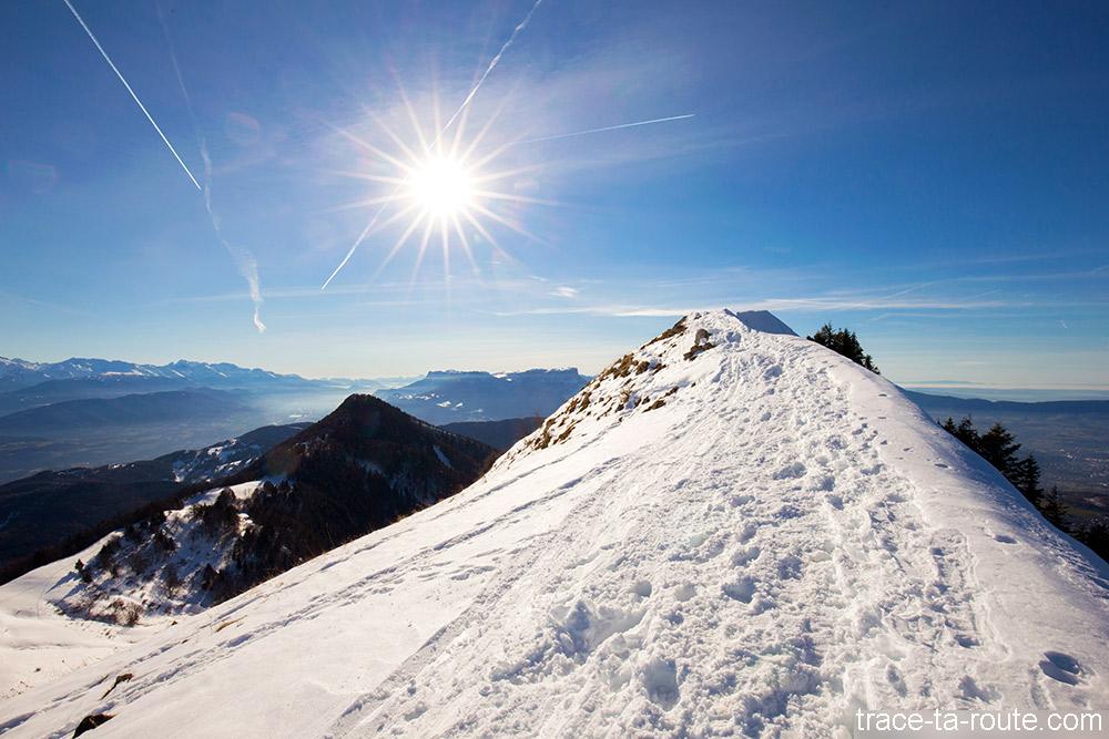 Arrivée au sommet de la Pointe de la Galoppaz - Bauges - arête sentier de randonnée neige + Pic de la Sauge
