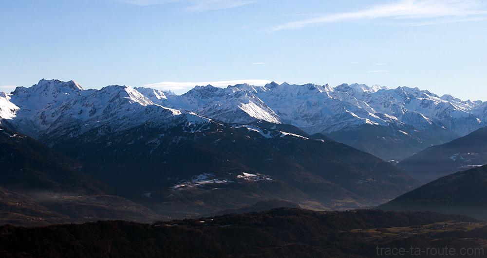 Massif Chaine de Belledonne sous la neige en hiver - Vue depuis le sommet de la Pointe de la Galoppaz - Bauges