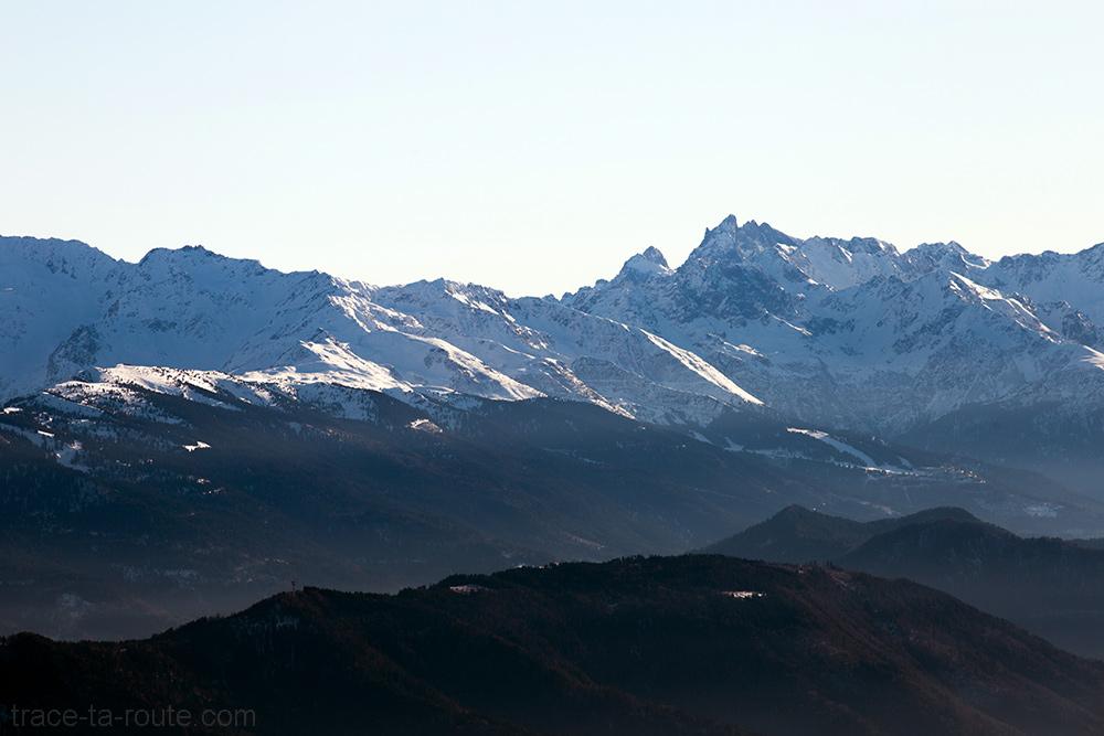 Station de ski des 7 Laux et Grand Pic de Belledonne sous la neige en hiver - Vue depuis le sommet de la Pointe de la Galoppaz
