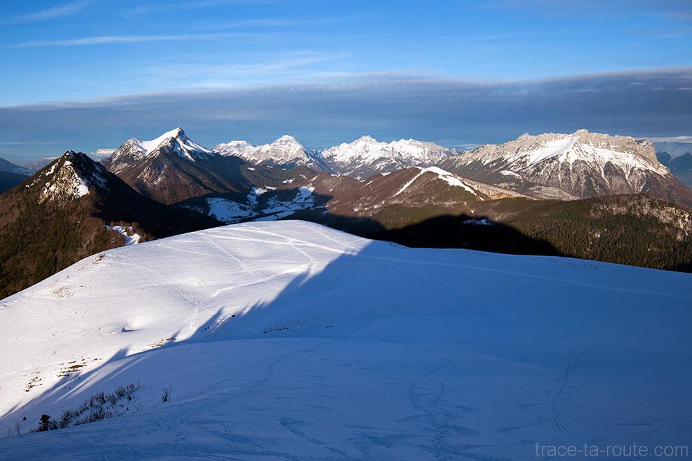 Massif des Bauges sous la neige en hiver : Mont Colombier, Trélod, Arcalod, Arclusaz - Vue depuis le sommet de la Pointe de la Galoppaz