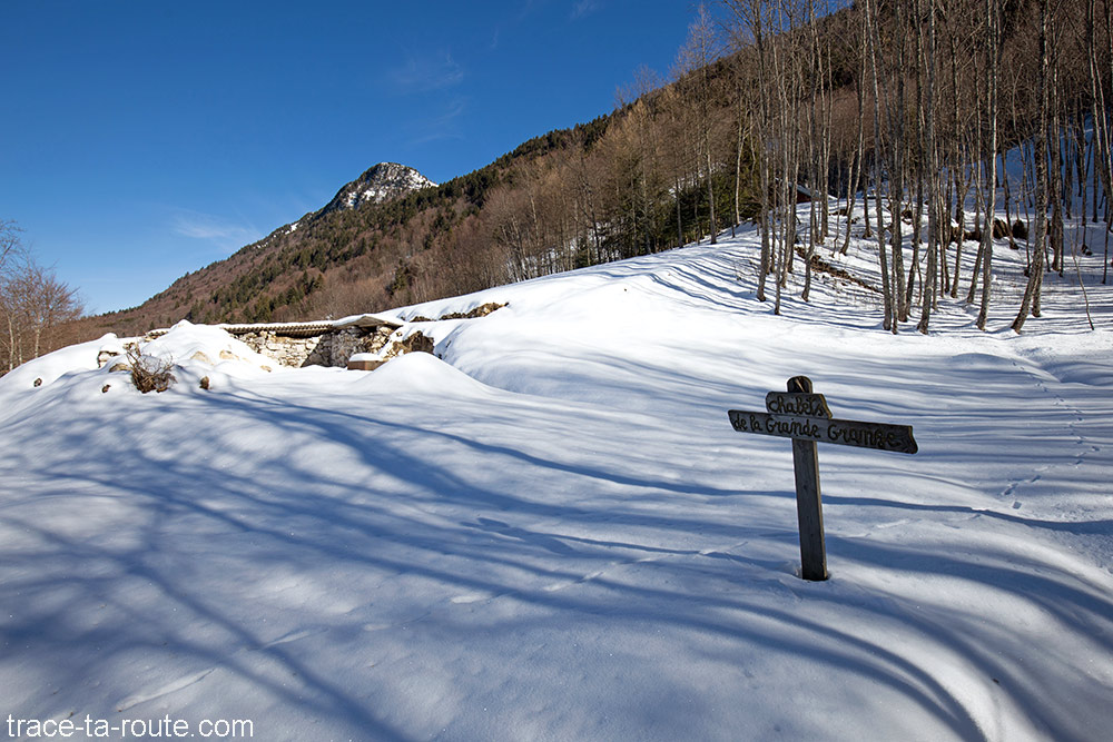 Chalet des Côtes Gueulet (chalets de la grande grange sous la neige) - randonnée raquettes Pointe de la Galoppaz - Bauges