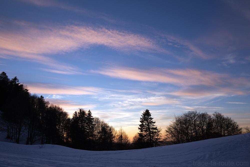 Ciel au coucher de soleil au Col de la Buffaz sous la neige en hiver - Pointe de la Galoppaz Massif des Bauges - Randonnée raquettes