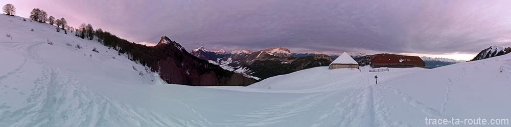 Panorama du ciel au coucher de soleil avec Chalet de la Buffaz sous la neige - Massif des Bauges en hiver