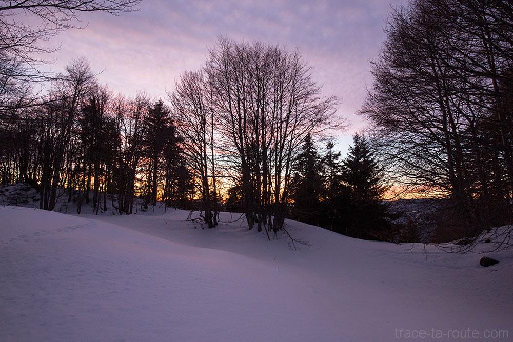 Ciel au crépuscule au-dessus du Chalet de la Buffaz vers la Pointe de la Galoppaz - Massif des Bauges sous la neige en hiver