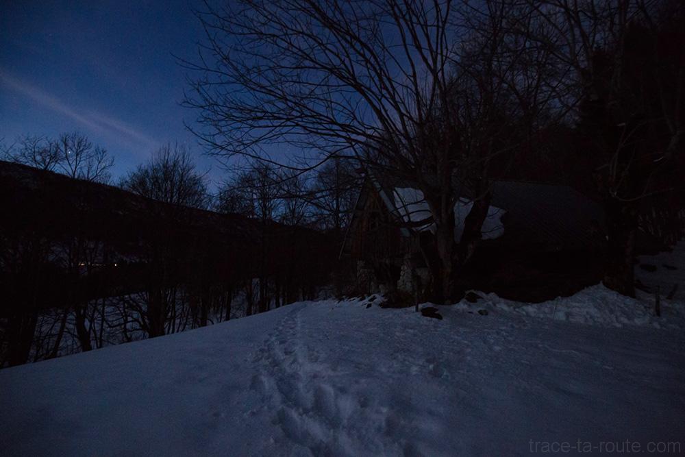 Chalet de l'Allier de nuit, sur le sentier de randonnée vers la Pointe de la Galoppaz par le Col de la Buffaz - Massif des Bauges sous la neige raquettes en hiver