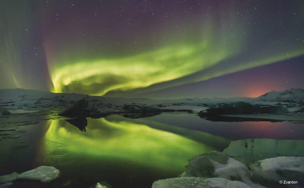 Aurore Boréale au-dessus de Jokulsarlon en Islande © Zvardon