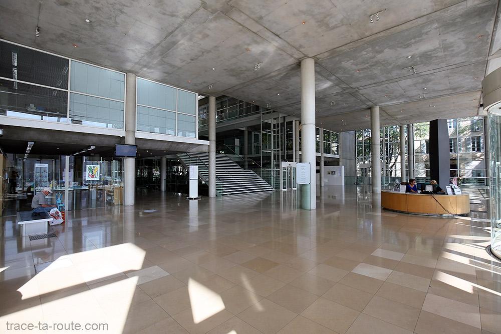 Intérieur hall d'entrée du Carré d'Art de Nîmes - Architecture