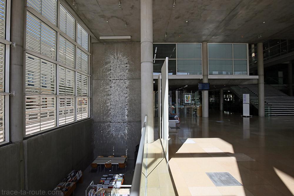 """Peinture """"Mud Line"""" (1993) Richard Long - Intérieur hall d'entrée du Carré d'Art de Nîmes"""