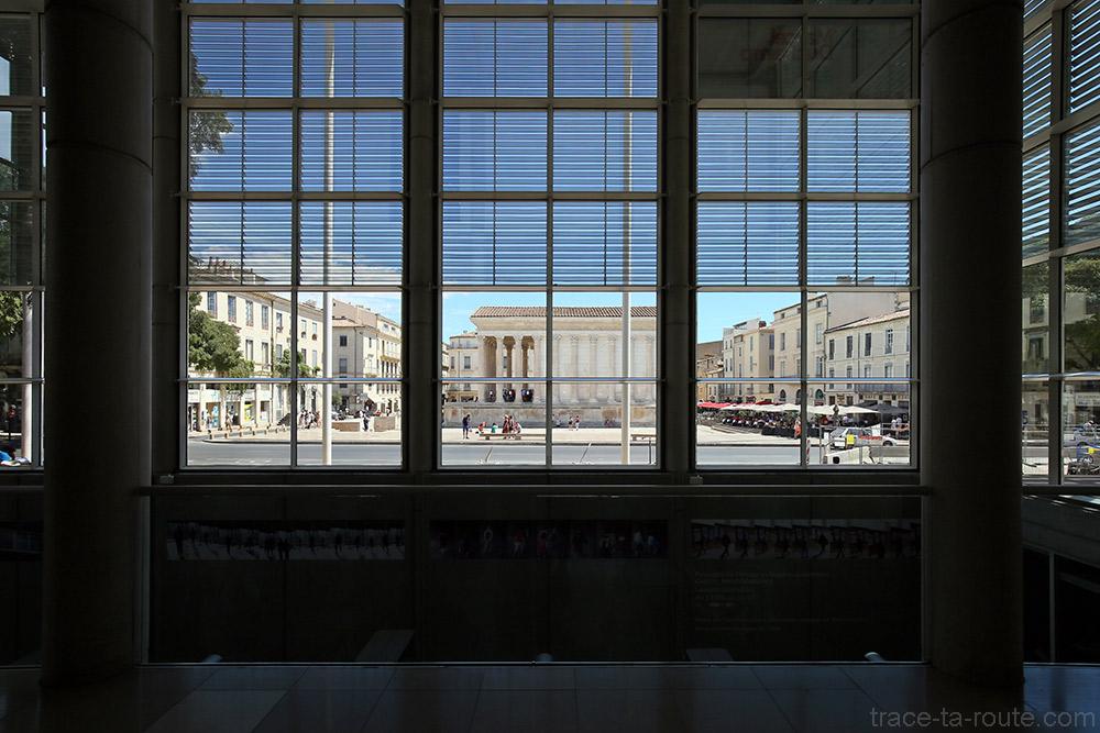 La Maison Carrée vue depuis l'intérieur du hall d'entrée du Carré d'Art de Nîmes - Architecture
