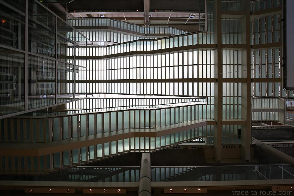 Escaliers en verre Atrium du Carré d'Art de Nîmes - Intérieur Architecture