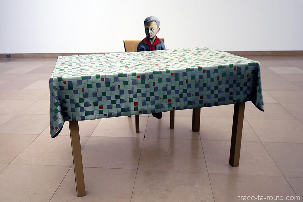 """Foto (Klein-Martin am tisch) (1993) Martin HONERT - Exposition """"Formes biographiques"""" Carré d'Art de Nîmes"""