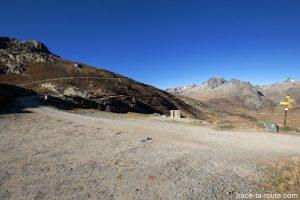 Départ randonnée depuis le Col de la Croix de Fer et Aiguilles de l'Argentière en fond - Maurienne Savoie