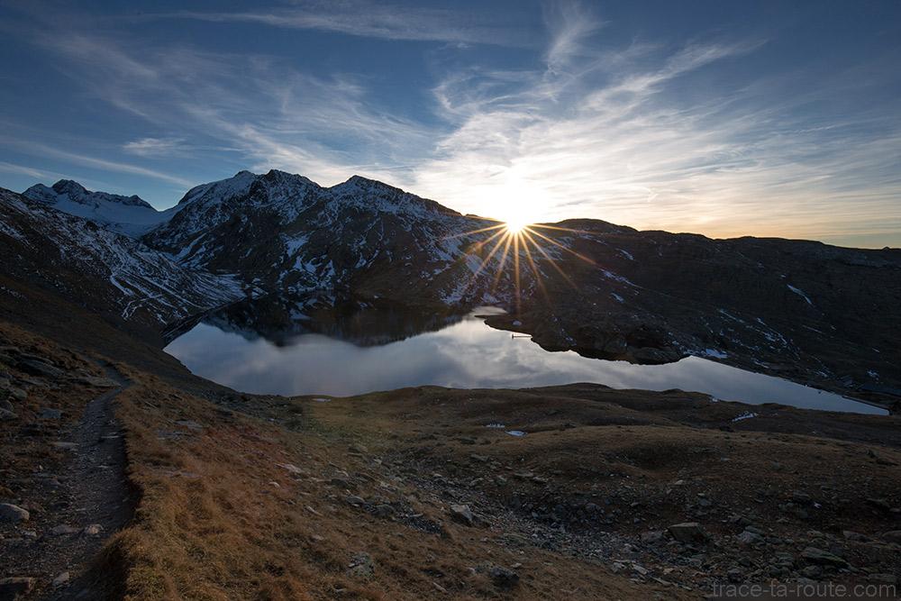 Coucher de soleil sur le Lac Bramant avec l'Aiguille de la Laisse, l'Aiguille Noire et le Glacier de Saint-Sorlin en fond - Maurienne Savoie