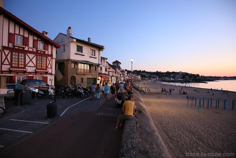 Coucher de soleil sur la promenade de bord de plage de Saint-Jean-de-Luz