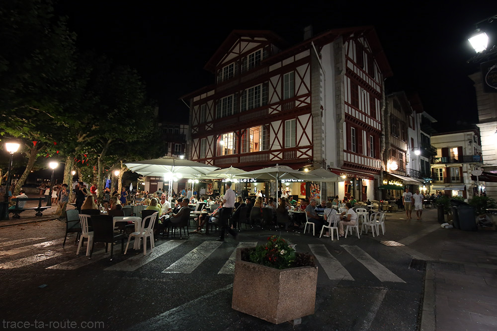 Terrasses de restaurants sur la Place Louis XIV de Saint-Jean-de-Luz