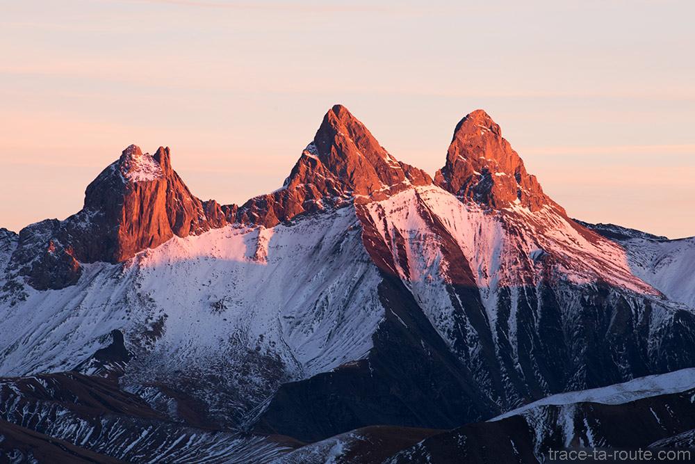 Coucher de soleil rouge sur les Aiguilles d'Arves depuis la station de ski de Saint-Sorlin d'Arves - Maurienne Savoie