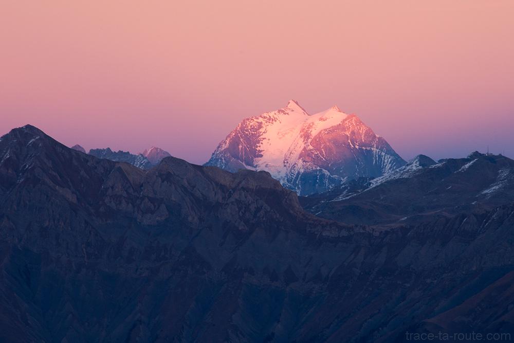 Coucher de soleil rose sur la Grande Casse (Vanoise) depuis la station de ski de Saint-Sorlin d'Arves - Maurienne Savoie