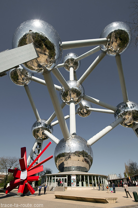 """Structure des sphères de l'Atomium de Bruxelles et la sculpture rouge """"RockGrowth"""" d'Arik LEVY"""
